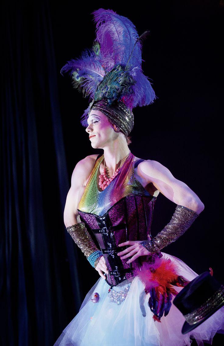 """Per Sundberg i rollen som Mercedes i musikalen """"La Cage aux Folles"""". Kostymdesigner Ina Andersson. maskör Mila L Roberts. Fotograf Anders Alm. #drag #dragqueen #feathers #multi #colors #makeup #artist #dancer"""