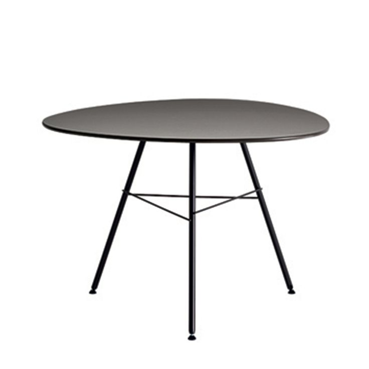 Articolo: 5001813V34MATTLeaf è un tavolo con piano triangolare, ideato dai designers Lievore Altherr Molina per il brand Arper ed è realizzato con struttura in acciaio. Trae ispirazione dall'osservazione della natura, che suggerisce nella forma del top, simile a quella di un sasso levigato dall'acqua, e nella particolarità delle differenti strutture, dal disegno irregolare come i rami di un albero.La struttura della base, a 3 gambe, è realizzata in acciaio verniciato. Il top è prodotto ...