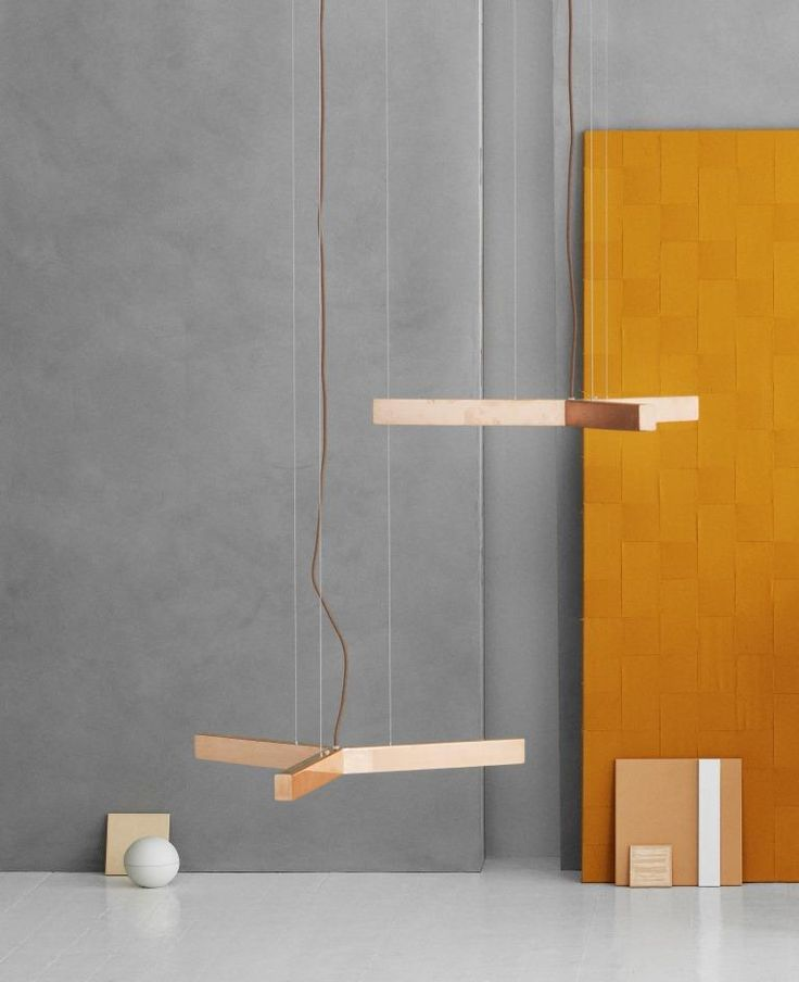 Taklampe fra den danske leverandøren Anour. Disse lampene blir håndlaget i København og kommer i en rekke modeller og utførelser. Alle utførelsene kan sees i vårt showroom i Drammensveien 123 i Oslo. Lampen består av en høykvalitets LED-skinne med en spesialdesignet diffuser som gir lampen et behagelig, varmt og godt lys. NB! Lampen kommer nå kun som cordless. Dvs at strømmen går i wire og ikke i ledning. Ta kontakt dersom du er interessert. Bildene er derfor kun ment som illustrasjon…