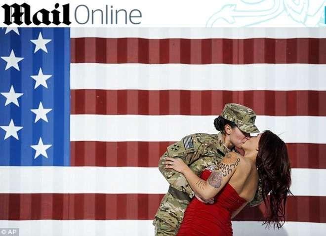 Soldatessa bacia la moglie al ritorno dall'Afghanistan