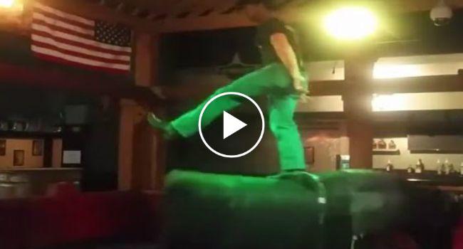 """""""Cowboy"""" Mostra Como Se Monta Um Touro Mecânico Em Grande Estilo http://www.funco.biz/cowboy-mostra-monta-um-touro-mecanico-grande-estilo/"""