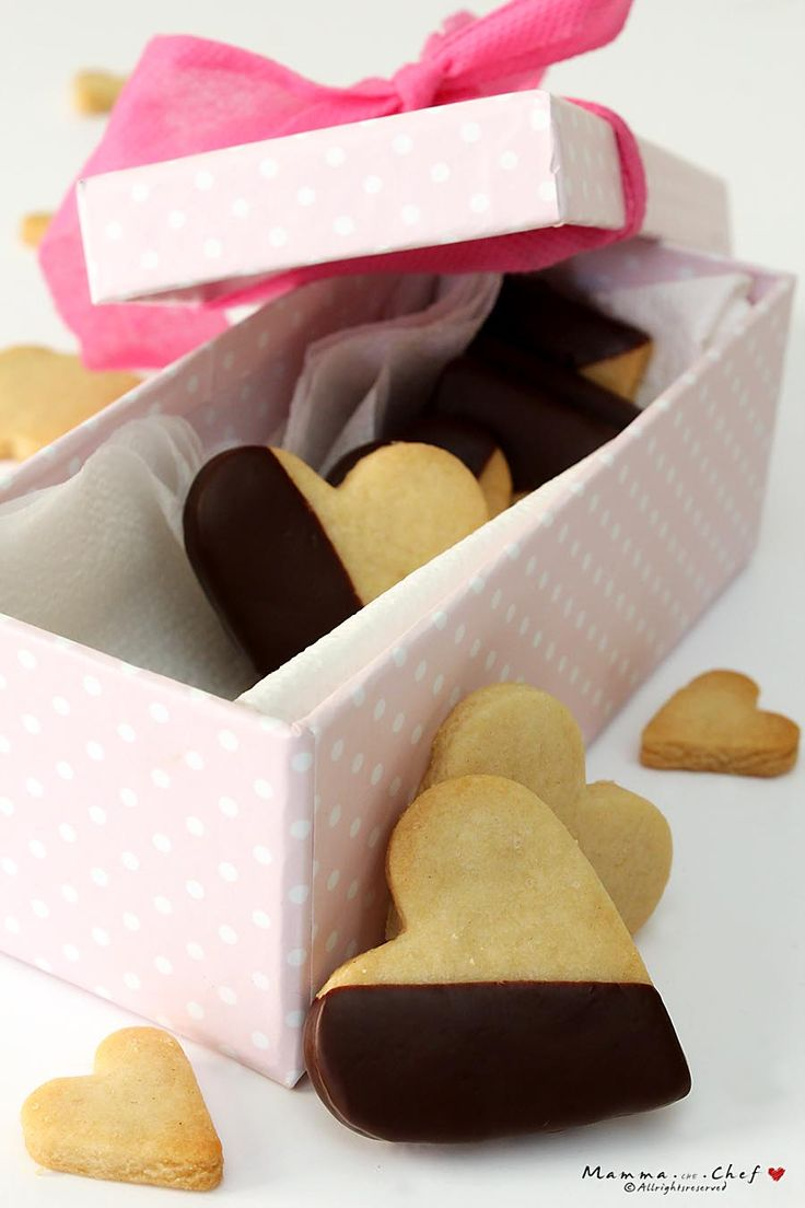 I Biscotti di frolla al cioccolato sono biscotti senza burro, senza uova, senza latte. Sono biscotti leggeri, friabili, deliziosi.
