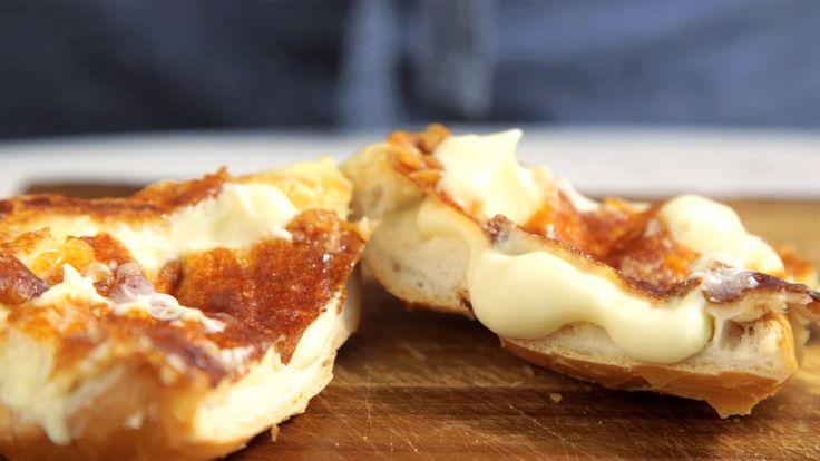 Receita com instruções em vídeo: Café da manhã pede esse pão na chapa com requeijão. Ingredientes: 1 pão francês, 150g de requeijão