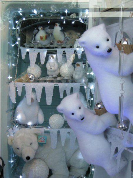 Χριστουγεννιάτικη βιτρίνα. Πολικές αρκούδες στο ψυγείο.