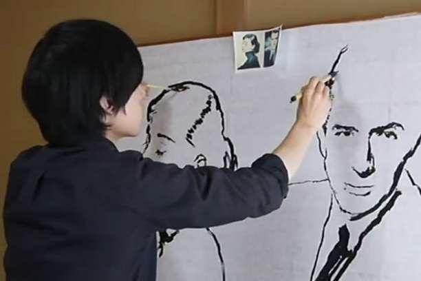 Ιάπωνας καλλιτέχνης ζωγραφίζει δύο διαφορετικά πορτραίτα ταυτόχρονα!