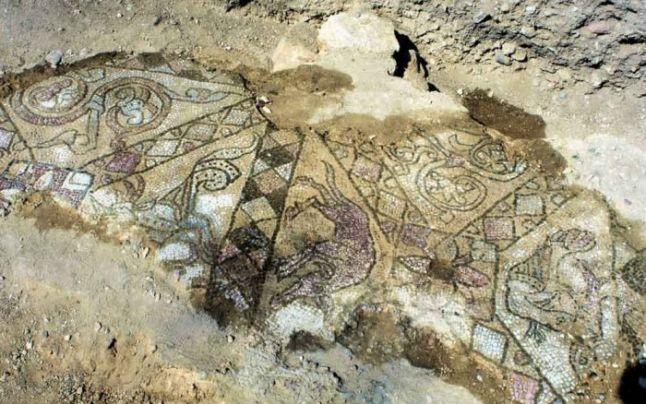 Mozaicuri unice în estul Europei, descoperite printre rămăşiţele unei biserici a călugărilor benedictini din secolul XII, în judeţul Arad