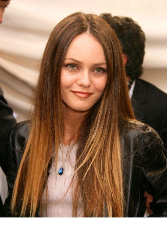De longs cheveux lisses avec des racines et la moitié supérieure des cheveux brunes, tandis que l'autre moitié est un dégradé vers le blond. Ici il n'y a pas de style à adopter, soit on aime, soit on n'aime pas. #vanessaparadis #coiffure #hair