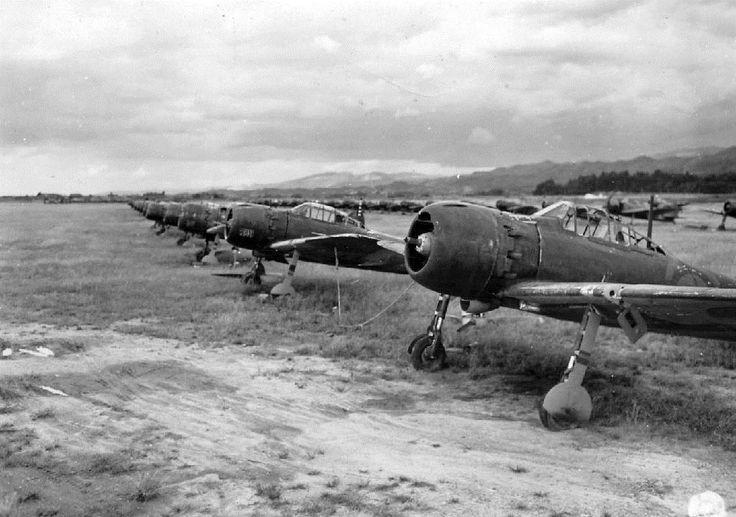 奈良県天理市の海軍飛行場に並べられたゼロ戦=1945年10月(米国立公文書館所蔵、福林徹氏提供)