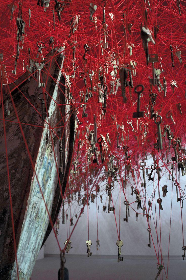Chiharu Shiota jette un Enchevêtrement de Fils et de Clefs à la Biennale d'Art de Venise (1)
