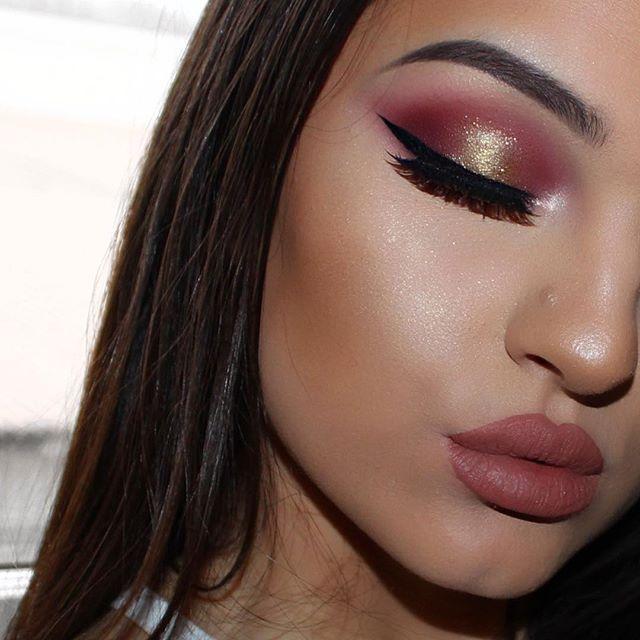 @shophudabeauty @hudabeauty Rosegold palette (Flamingo, Maneater, Bossy & 24K) & 'Lana' lashes' & liquid lipstick in 'Venus @crystaleyesuk 'Gold digger' glitter on the center of my lid @thebalm_cosmetics 'Schwing' eyeliner