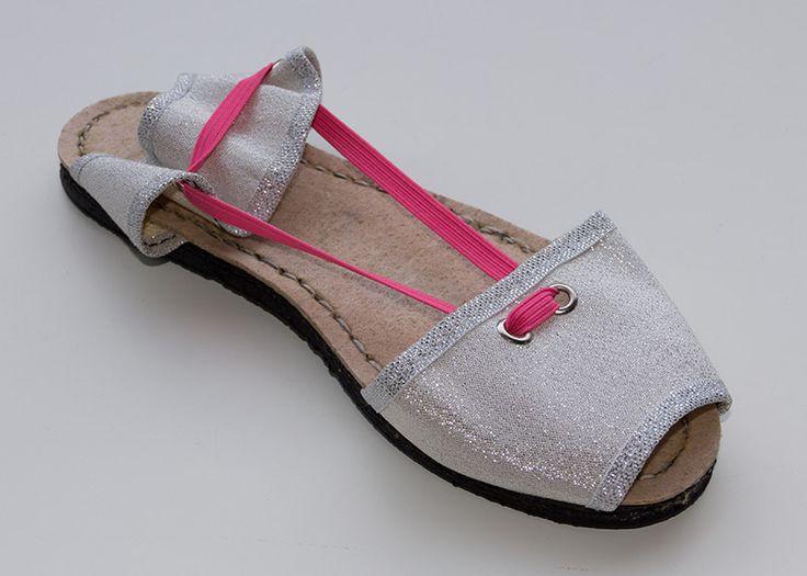 Albarca color plata de lona con goma color rosa flúor. A partir de 25€