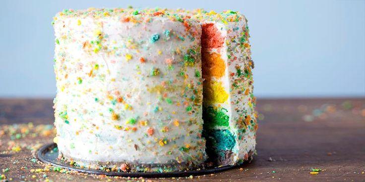 Hvorfor ikke rocke opp kakebordet med en supertrendy regnbuekake? Her får du oppskrift på regnbuekake og tips om hvordan du lager den.