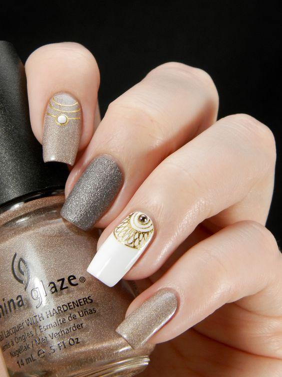 Свадебный многоцветный (мультицветный) маникюр со стразами и рисунком на средние ногти; белый, золотой, платиновый, серый лак; wedding multicolor nails; wedding manicure; white, gold, platinum, gray nail polish; manicure with rhinestones; middle nails; wedding nails design.