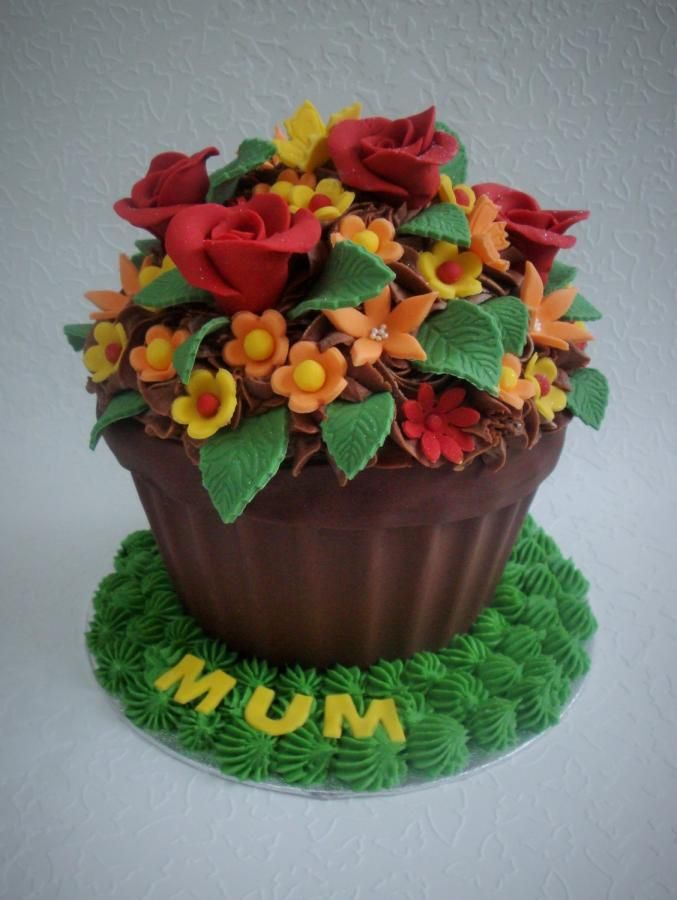 This cake reminds me of summer. A chocolate cake with chocolate buttercream and hand made decorations.