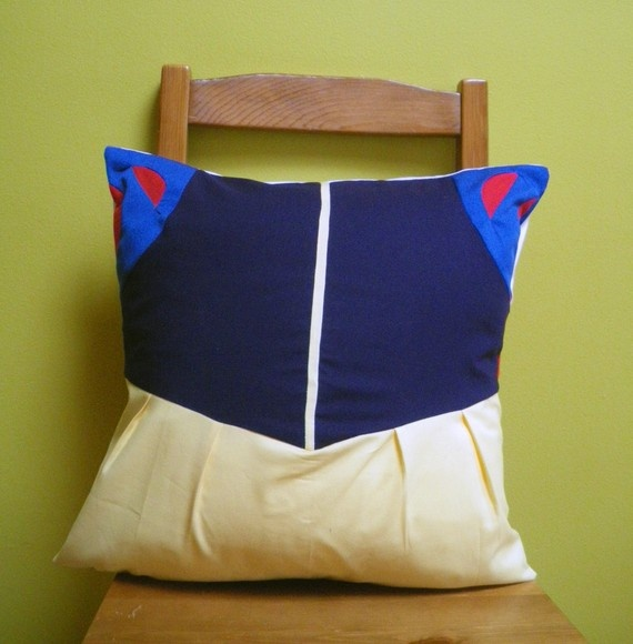 Mumsy McAwesome is a big Snow White fan....and she likes throw pillows....hmmmmm