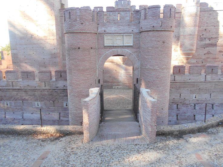 Puerta de Castillo de La Mota en el Parque Temático Mudéjar.