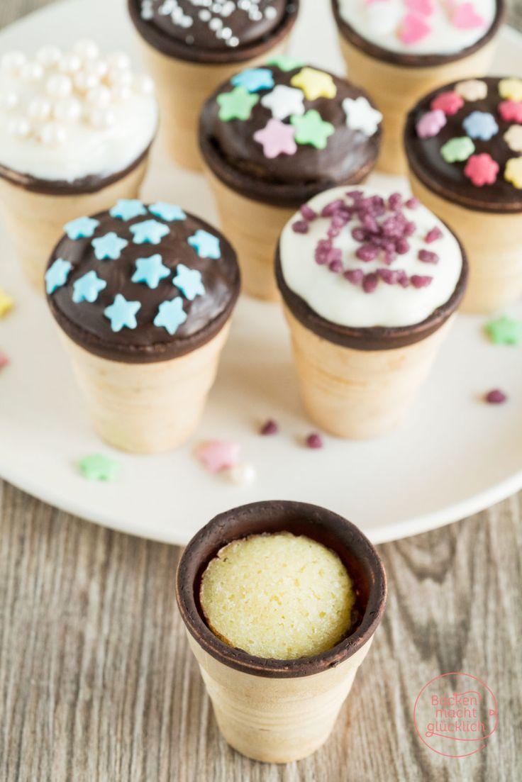Diese Waffelbecher-Kuchen sind ein tolles Rezept fürs Backen mit Kindern: Einfach, bunt und lecker! Außerdem lassen sich die Muffins in der Eiswaffel gut aus der Hand essen.