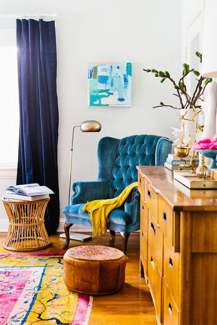 Mur blanc et fauteuil bleu canard - la couleur bleu va bien avec le jaune