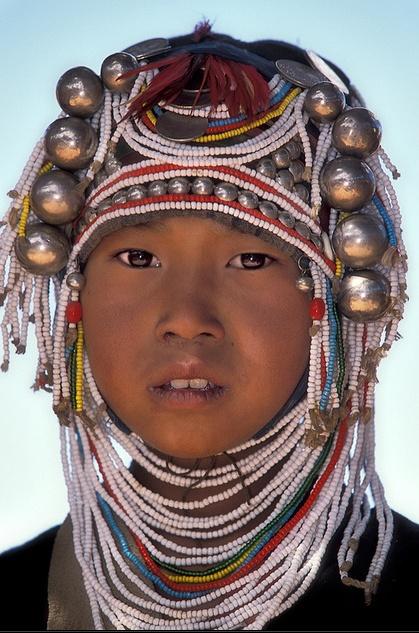 Een jonge Akha-vrouw. Kijk voor meer reisinspiratie op www.nativetravel.nl