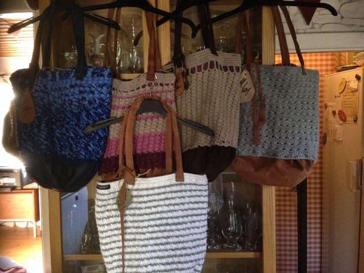 Virkade väskor med skinndetaljer
