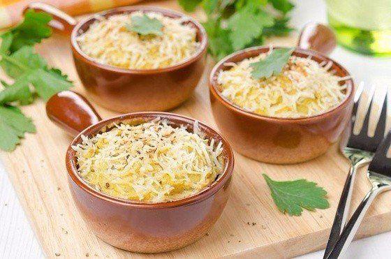 Запеканка с курицей под пюре из цветной капусты Калорийность на 100 г: 50 ккал, Ингредиенты: Куриные грудки (порезать на маленькие кусочки) — 300 г Кефир — 150 г Соль, перец, кориандр, немного горчицы — по вкусу Цветная капуста (отварить и сделать пюре) — 1 кочан Карри — 2 ч.л. Яйцо — 1 шт. Нежирный сыр (5%) — 100 г Приготовление: 1. Куриные грудки смешать со специями и кефиром (кефира должно быть столько, чтобы он полностью покрыл мясо), оставить в холодильнике на пару часов. 2. В пюре из