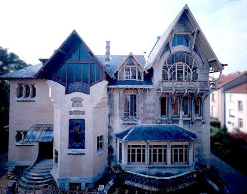 1898, Louis Majorelle confie à l'architecte H. Sauvage l'élaboration des plans de sa maison perso à Nancy. La Villa Majorelle ou Villa Jika, d'après les initiales de son l'épouse, Jeanne Kretz est construite en 1901-1902 . 1ère maison entièrement Art nouveau de Nancy, elle est conçue pour l'un des principaux artistes de l'Ecole de Nancy, Louis Majorelle, et résulte d'une parfaite collaboration entre artistes parisiens et nancéiens de renom.