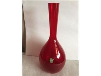 Röd vas från Elme glasbruk 23 cm hög. Fint skick.