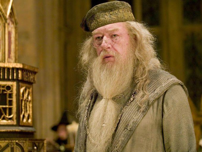 Ya sabíamos que Johnny Depp le dará vida al malvado mago Gellert Grindelwald en la nueva saga del mundo mágico de J.K. Rowling, pero no quién interpretaría a su amigo, amante y rival: Albus Dumbledore.Jude Law será quien se encargará de ser la nueva cara de Albus Dumbledore en todas las películas de Animales Fantásticos.En la siguiente entrega conoceremos a Dumbledore décadas antes, cuando aún era el profesor de Transfiguración en el colegio.