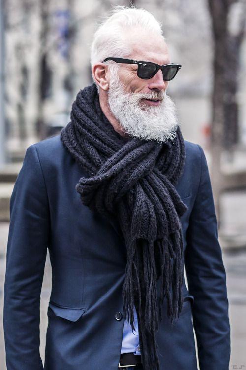 2015-10-30のファッションスナップ。着用アイテム・キーワードは40代~, サングラス, ジャケット, テーラード ジャケット, マフラー・ストール,etc. 理想の着こなし・コーディネートがきっとここに。| No:99147
