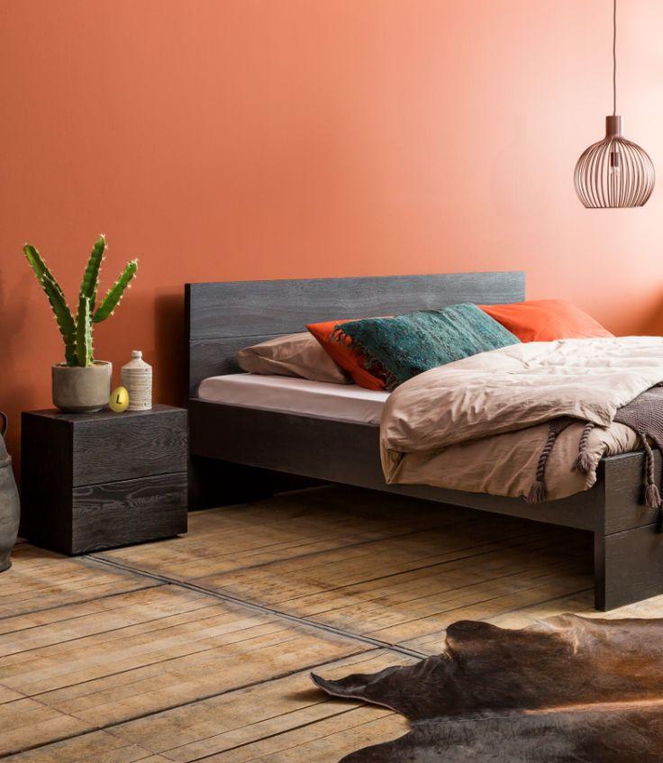 Dit eikenhouten ledikant geeft je slaapkamer een stoere en warme touch