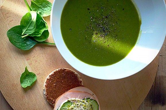 Spinazie-broccolisoep 8 porties: kokosolie knoflook rode ui broccoli bladspinazie runderbouillon peper en zout een grote pan en fruit de ui en knoflook kort in kokosolie. Was en snijd de broccoli ondertussen in kleine roosjes. Voeg deze, samen met de spinazie in de pan. Maak ondertussen 1 liter runderbouillon en schenk deze bij de groenten in de pan. Laat vervolgens 10 minuten koken. Pureer na 10 minuten het geheel met een staafmixer of blender en breng op smaak met peper en zout.
