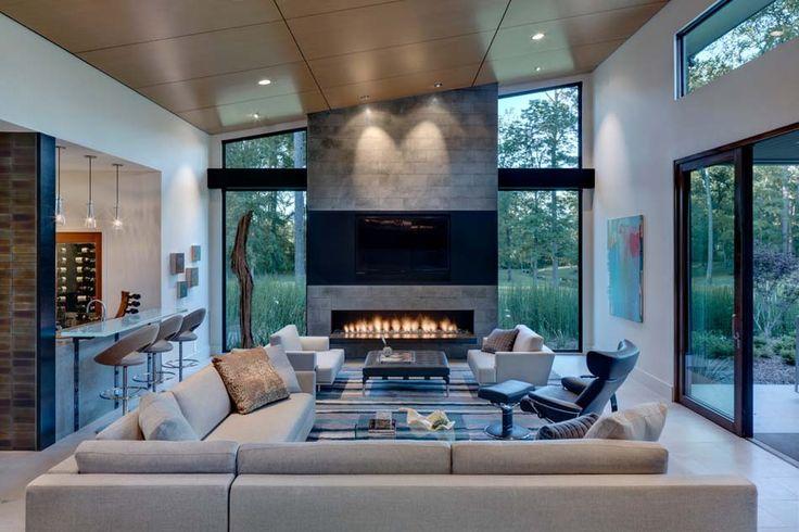 Ameublement design luxueux et contemporain avec une grande télé et cheminée
