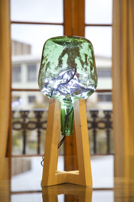 Lamp made with recycled botte water and christmas lights/ Lámpara hecha con garra de agua reciclada y luces de navidad / www.paletos.net / #palet #pallet #reciclado #recycled #bottle #diy #paletos #lamp #lámpara #garrafa