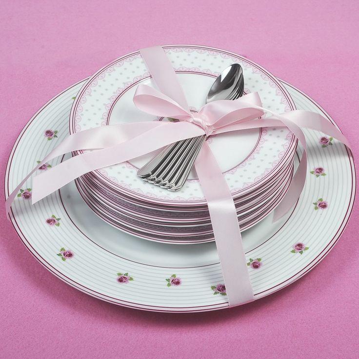 Σετ πάστας 13 τεμαχίων, αποτελείται από 6 πιάτα γλυκού και ένα πιάτο σερβιρίσματος από φίνα πορσελάνη Βοημίας με διακριτικά σχέδια σε ροζ χρώμα και 6 κουταλάκια του γλυκού solingen inox 18/10 σε συσκευασία δώρου.