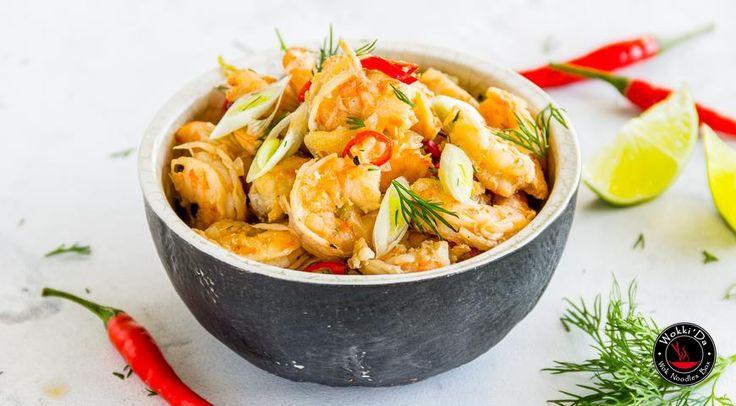 Креветки по-тайски на решетке Ингредиенты 500 г креветок 1 луковица ½ перца чили 1 стебель лемонграсса 2 ст. л. кокосового молока сок ¼ лайма кусочек имбиря, размером с фалангу пальца 1 ч. л. рыбного соуса 1 ст. л. соевого соуса Приготовление Шаг 1 Очистите креветки, сложите в миску, добавьте мелко рубленный лук, нарезанные тонкими колечками чили и лемонграсс, кокосовое молоко, сок лайма, тонко нарезанный имбирь, рыбный и соевый соус. Шаг 2 Заверните смесь в конвертик из фольги. Запекайте на…