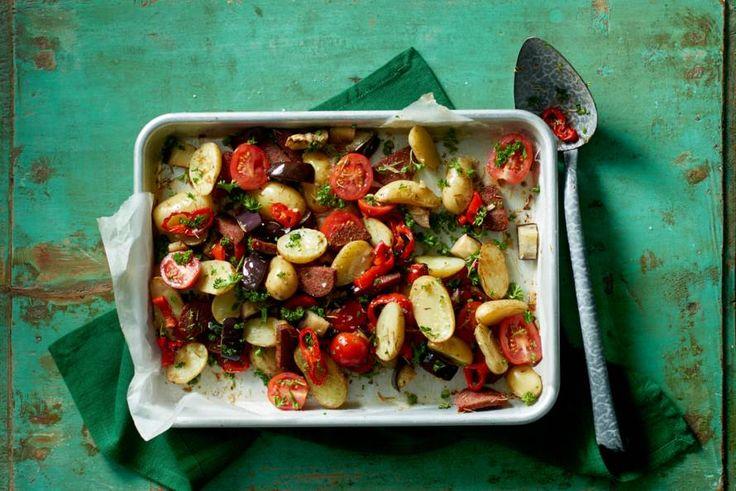 28 december - Mild gekruide salami en krieltjes in de bonus - Groenten, vlees en aardappeltjes in één ovenschotel. Da's makkelijk! - Recept - Allerhande