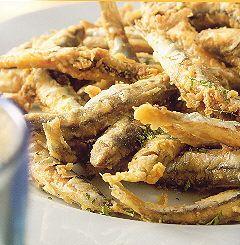 De verse, niet gepelde ansjovis wordt in Spanje graag gefrituurd gegeten. De visjes worden in hun geheel, met kop en graat opgediend. De boguerones smaken...
