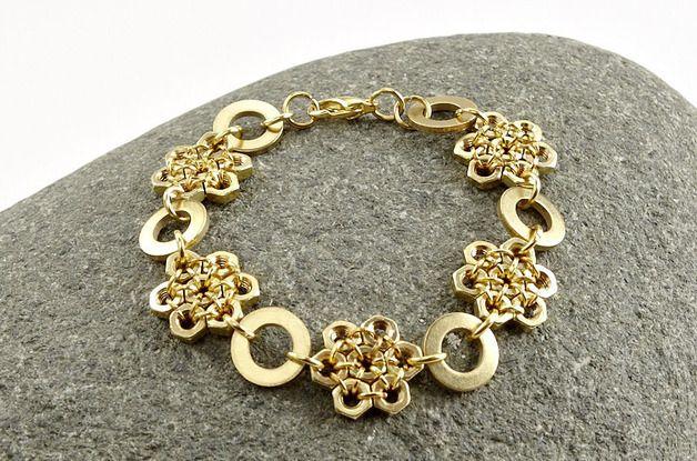 Der etwas andere Schmuck im industriellen Stil. Das Armband besteht aus Schraubenmuttern aus Messing die mit vergoldeten Ringen miteinander verbunden sind. zwischen den Muttern-Schneeflocken sind...