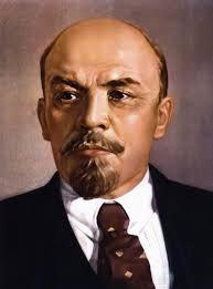 """Lenin (Simbirsk, 22 april 1870) riep de Russen op door te gaan met de revolutie. Hij beloofde """"Land Brood en Vrede"""" en hij zou de arbeiders fabrieken en boeren land geven. In oktober 1917 was de Oktoberrevolutie van Lenin en Trotski een succes en kwamen de communisten aan de macht. In maart 1918 sloot Lenin met de Duitsers de """"Vrede van Brest-Litovsk""""."""
