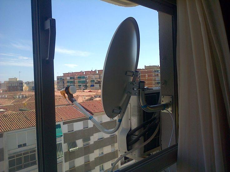 Montaje de antena parabolica en fachada de cliente.
