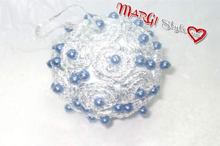 Le decorazioni di palline natalizie con carta d'alluminio, illustrate con foto e video, sono un modo economico per creare sfere luccicanti e brillanti