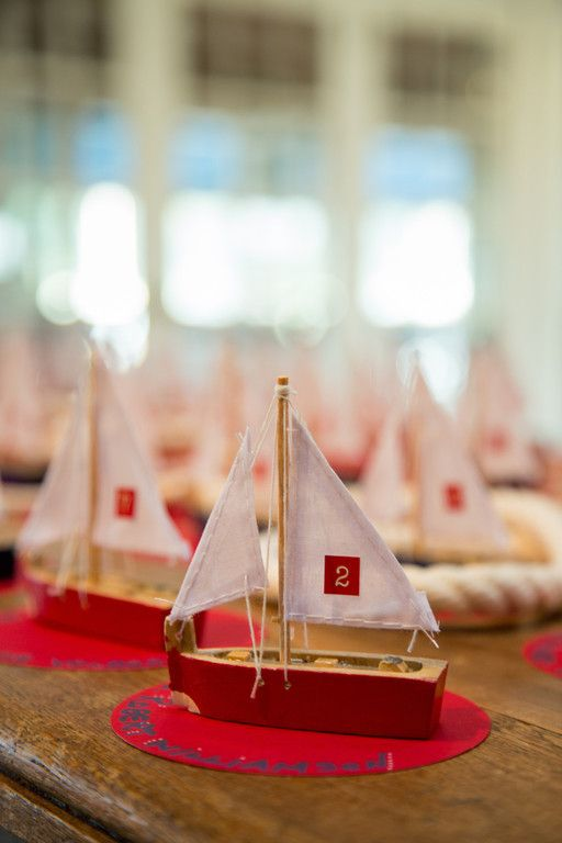 ミニチュア船がキュート♡ 個性的な赤いエスコートカードまとめ。結婚式で使うエスコートカード・席札一覧。