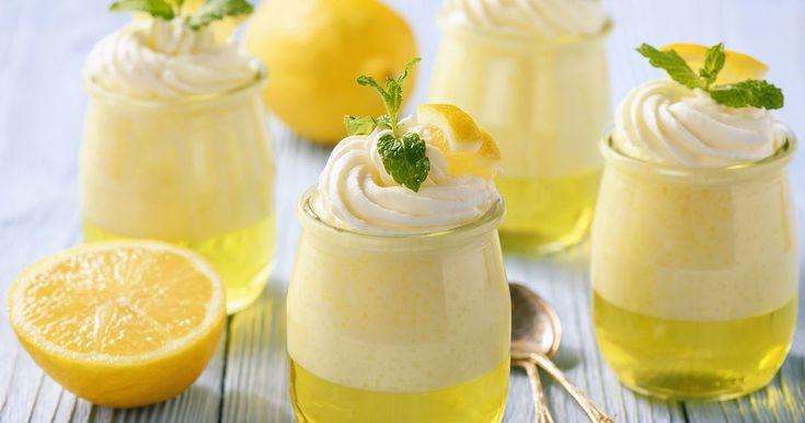 En frisk og lett dessert med smak av sitron. Med gelé i bunn og luftig fromasj på toppen blir denne like populær hos voksne som hos barn.