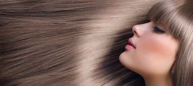"""""""Keratynowe prostowanie włosów"""" to zaawansowana terapia, która przemieni Twoje zniszczone włosy w proste, gładkie i lśniące. Terapia jest oparta na zastosowaniu keratyny jako głównego i najskuteczniejszego składnika, który jest podstawowym budulcem skóry, paznokci i włosów. Keratyna jako organiczna i naturalna substancja daje Twoim włosom szansę do powrotu do ich pierwotnego stanu- naturalnego i zdrowego wyglądu."""