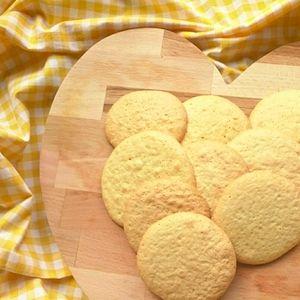 Heb je weleens eierkoeken gemaakt? Makkelijk en grote favoriet van kinderen! Gezonder tussendoortje dan gewone koekjes. Lactosevrij,  zonder melk. Recept op  http://dekinderkookshop.nl/recepten-voor-kinderen/verse-zelfgemaakte-eierkoeken/