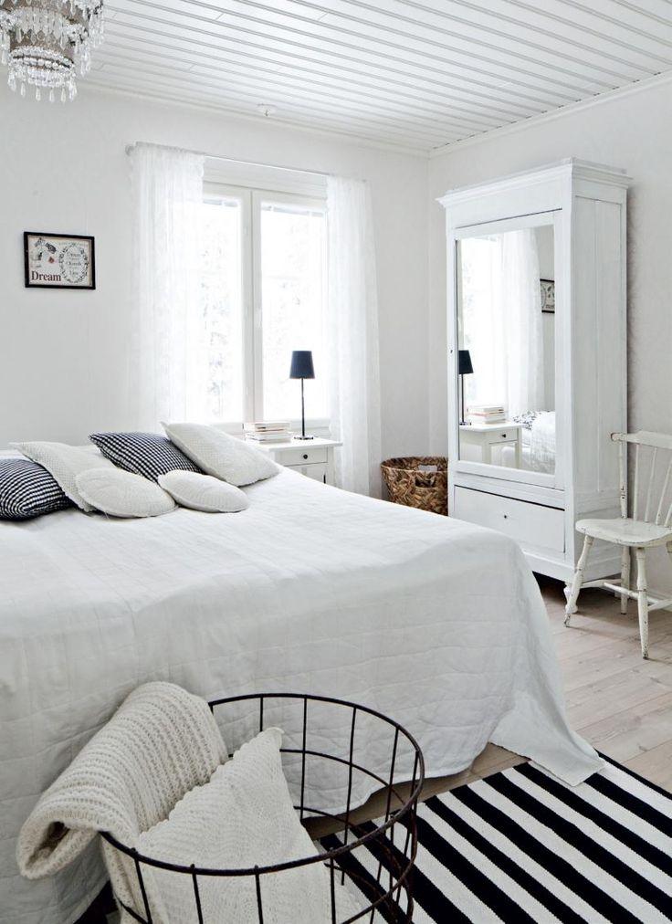 Makuuhuoneen sänky, hylly, yöpöydät, lipasto, valaisimet, verhot ja nurkassa oleva kori ovat Ikeasta. Vuodepeitto on Hemtexin. Iso, valkoinen peilikaappi on huutokaupasta ja sen vieressä oleva pinnatuoli Wanilla Rose -sisustusliikkeestä Nurmijärveltä. Rautalankakori on kirpputorilta. | Mustavalkoinen pehmo | Koti ja keittiö