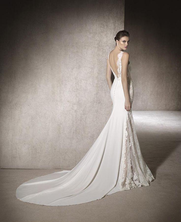 MONTSE  Novia 2017 Precioso vestido de novia de tipo sirena en crepe light combinado con encaje y guipur. Sus finos detalles descienden desde el escote barco, por la cadera hasta el final del vestido