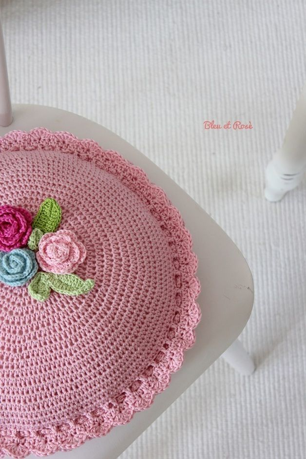 Kissen - Rundes Blumenkissen ♥ Häkelkissen - ein Designerstück von bleuetrose bei DaWanda