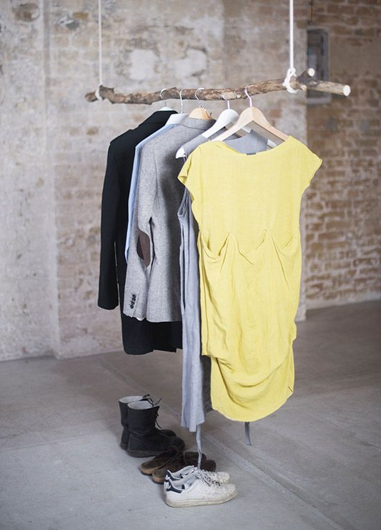 diy kleiderstange zum selber machen aus einem ast und zwei seilen als garderobe. Black Bedroom Furniture Sets. Home Design Ideas