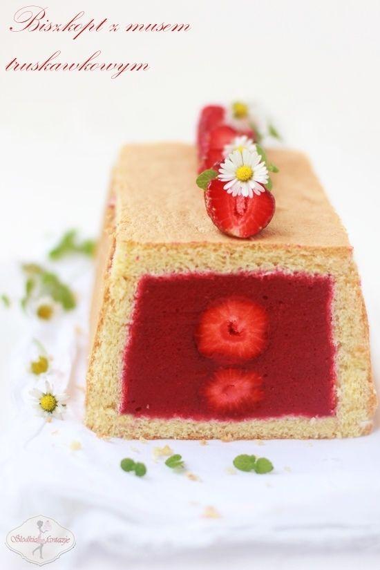 Biszkopt z musem truskawkowym / Sponge cake with strawberry mousse